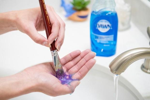 Sabun cair hingga shampoo biasa juga mampu mengangkat kotoran pada alat make up.
