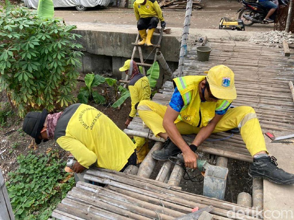 Jembatan Bambu Reyot Mulai Dibongkar Pasukan Kuning