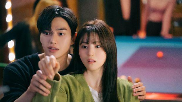 Park Jae-eon (Song Kang) dan Yoo Na-bi (Han So-hee) dalam Nevertheless.