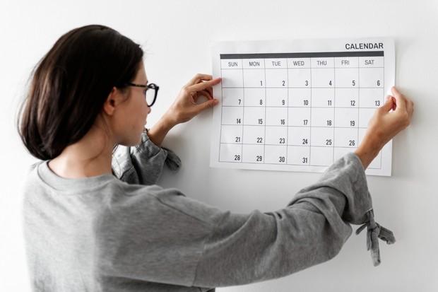 Mengatur jadwal harian membantu memudahkan mengetahui apa saja yang perlu diselesaikan.