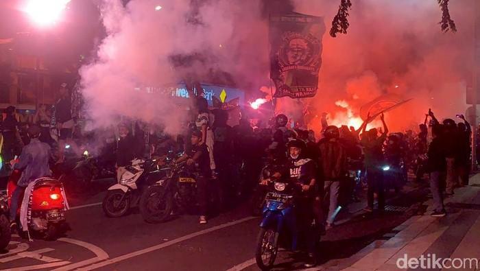 Persebaya merayakan hari ulang tahunnya Jumat (18/6). Puluhan ribu Bonek mulai memadati tengah Kota Surabaya sejak Kamis (17/6) malam. Ini penampakannya.