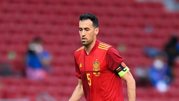 MADRID, SPAIN - JUNE 04: Sergio Busquets of Spain runs with the ball during the international friendly match between Spain and Portugal at Wanda Metropolitano stadium on June 04, 2021 in Madrid, Spain. (Photo by David Ramos/Getty Images)