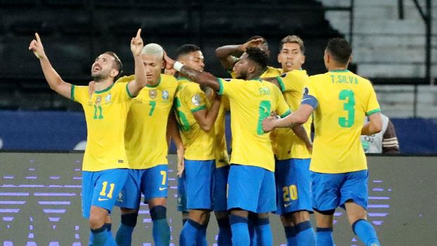 Soccer Football - Copa America 2021 - Group B - Brazil v Peru - Estadio Nilton Santos, Rio de Janeiro, Brazil - June 17, 2021 Brazil's Everton Ribeiro celebrates scoring their third goal with teammates REUTERS/Sergio Moraes