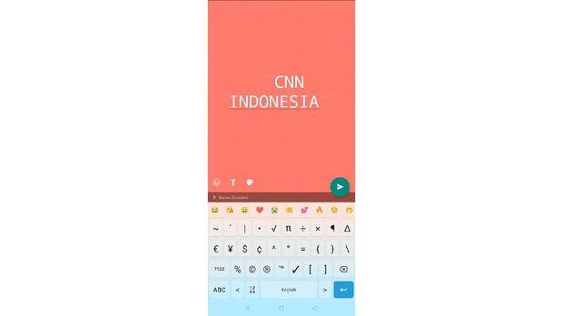 Tangkapan layar cara mengganti font di WhatsApp Story.