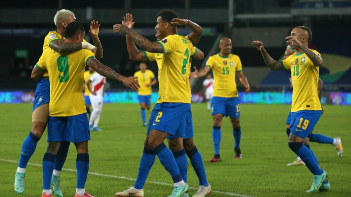 RIO DE JANEIRO, BRAZIL - JUNE 17: Alex Sandro of Brazil celebrates with teammates after scoring the first goal of his team during a match between Brazil and Peru as part of Group B of Copa America Brazil 2021 at Estadio Olímpico Nilton Santos on June 17, 2021 in Rio de Janeiro, Brazil. (Photo by Buda Mendes/Getty Images)