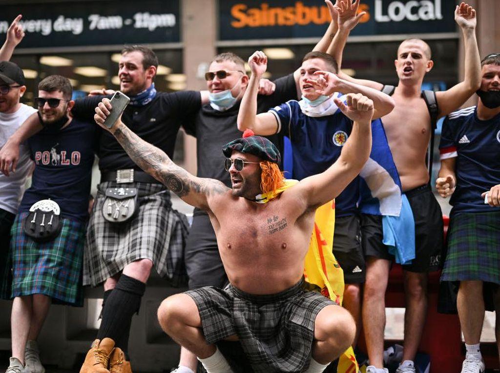 Ada Suporter Bugil di Taman Jelang Inggris Vs Skotlandia!