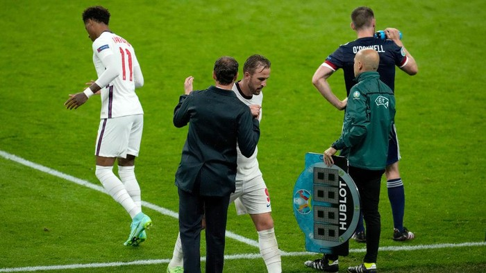 LONDON, ENGLAND - JUNE 18: Harry Kane of England interacts with Gareth Southgate, Head Coach of England as he is substituted during the UEFA Euro 2020 Championship Group D match between England and Scotland at Wembley Stadium on June 18, 2021 in London, England. (Photo by Matt Dunham - Pool/Getty Images)