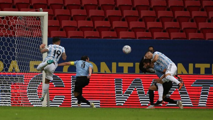 BRASILIA, BRAZIL - JUNE 18: Guido Rodriguez of Argentina scores the the first goal of his team during a group A match between Argentina and Chile as part of Conmebol Copa America Brazil 2021 at Mane Garrincha Stadium on June 18, 2021 in Brasilia, Brazil. (Photo by Alexandre Schneider/Getty Images)