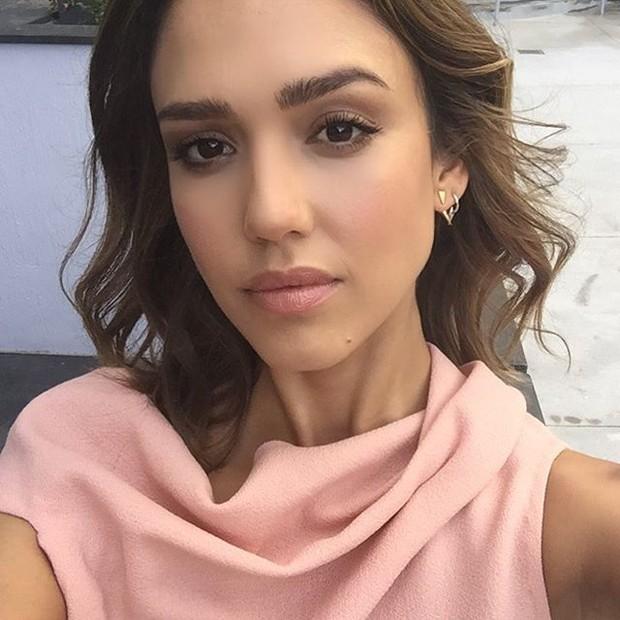 Blush on untuk wajah panjang atau lonjong/instagram.com/jessicaalba