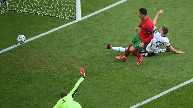 MUNICH, GERMANY - JUNE 19: Cristiano Ronaldo of Portugal scores their side's first goal during the UEFA Euro 2020 Championship Group F match between Portugal and Germany at Football Arena Munich on June 19, 2021 in Munich, Germany. (Photo by Matthias Hangst/Getty Images)