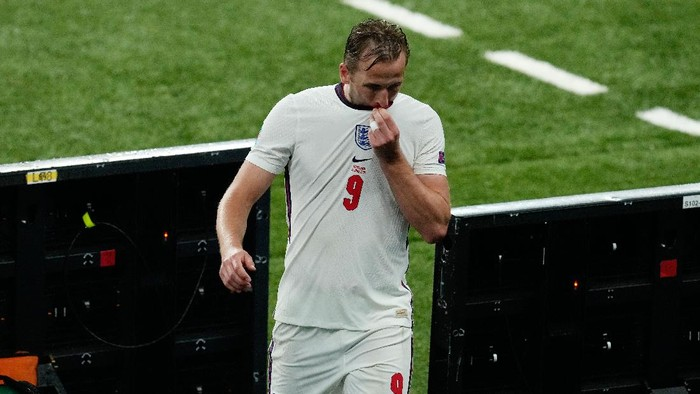 LONDON, ENGLAND - JUNE 18: Harry Kane of England reacts as he is substituted during the UEFA Euro 2020 Championship Group D match between England and Scotland at Wembley Stadium on June 18, 2021 in London, England. (Photo by Matt Dunham - Pool/Getty Images)