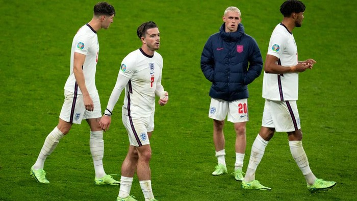 LONDON, ENGLAND - JUNE 18: Jack Grealish of England looks dejected with team mates John Stones, Phil Foden and Tyrone Mings following the UEFA Euro 2020 Championship Group D match between England and Scotland at Wembley Stadium on June 18, 2021 in London, England. (Photo by Matt Dunham - Pool/Getty Images)