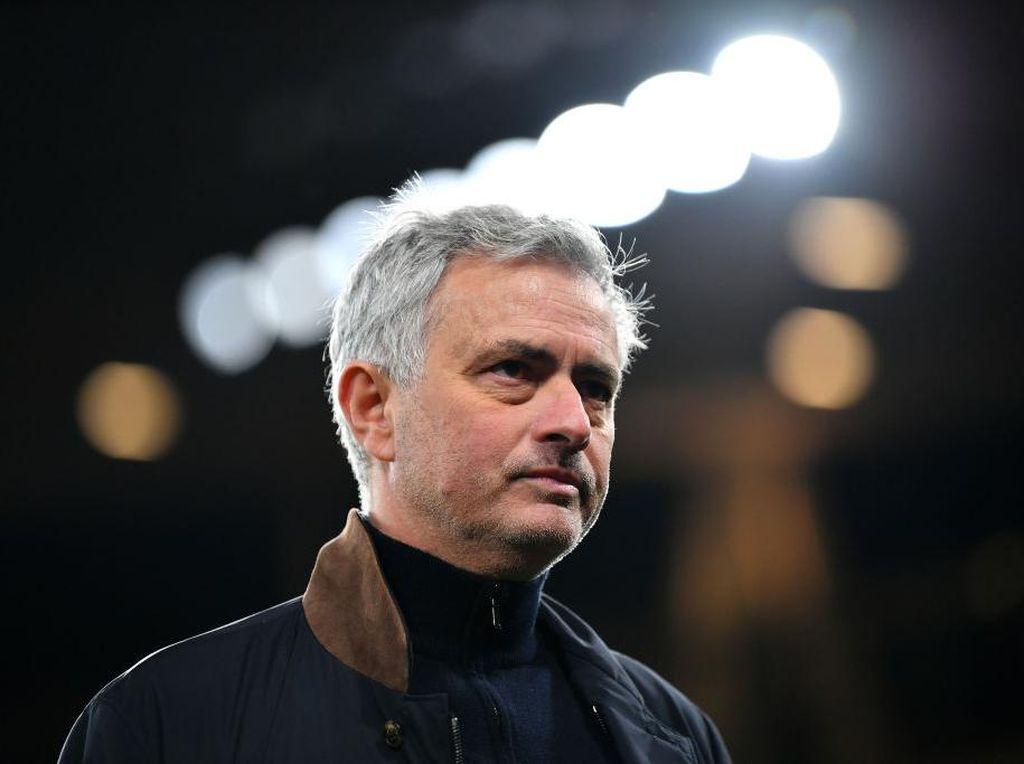 Asyiknya Jose Mourinho Keliling Komplek Latihan AS Roma Naik Vespa Klasik