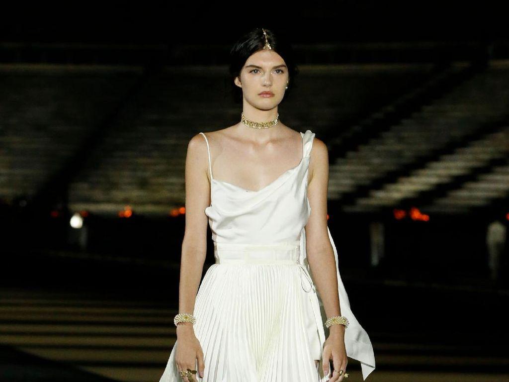 Foto Fashion Show Dior Cruise 2022, Saat Para Model Tampil bak Dewi Yunani