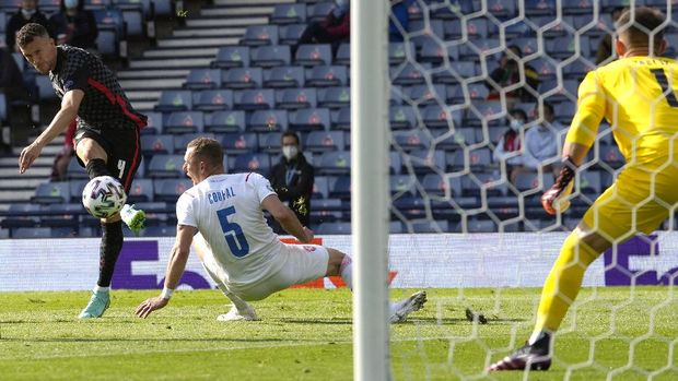 Croatia's Ivan Perisic, left, scores his side's opening goal during the Euro 2020 soccer championship group D match between Croatia and Czech Republic at the Hampden Park Stadium in Glasgow, Friday, June 18, 2021. (AP Photo/Petr David Josek)