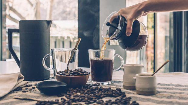 Menyajikan kopi/ sumber: pexels.com