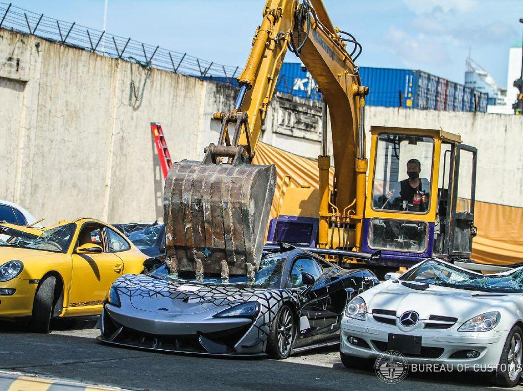 Ngilu! McLaren, Bentley, Hingga Lotus Selundupan Dihancurkan Pakai Eskavator
