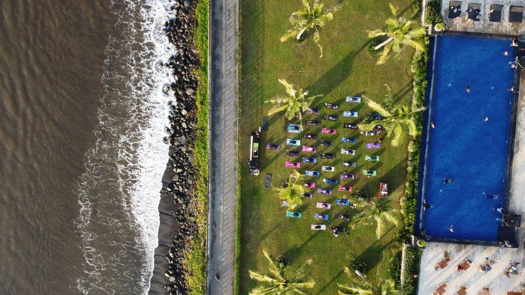 Banyuwangi Gelar Hari Yoga Sedunia di Pantai Ketapang