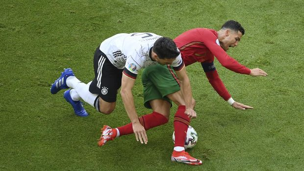 Portugal's Cristiano Ronaldo, right, is challenged by Germany's Mats Hummels during the Euro 2020 soccer championship group F match between Portugal and Germany at the football arena stadium in Munich, Saturday, June 19, 2021. (Matthias Hangst/Pool Photo via AP)