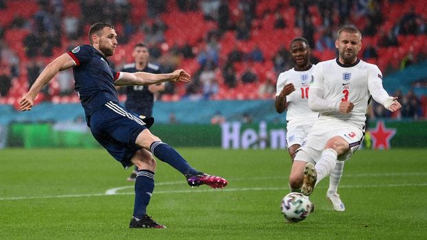LONDON, ENGLAND - JUNE 18: Stephen O'Donnell of Scotland shoots whilst under pressure from Luke Shaw of England during the UEFA Euro 2020 Championship Group D match between England and Scotland at Wembley Stadium on June 18, 2021 in London, England. (Photo by Laurence Griffiths/Getty Images)