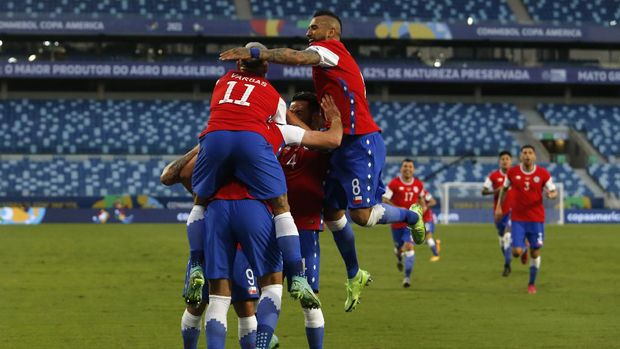 CUIABA, BRAZIL - JUNE 18: Ben Brereton of Chile celebrates with teammates after scoring the first goal of his team during a group A match between Chile and Bolivia as part of Conmebol Copa America Brazil 2021 at Arena Pantanal on June 18, 2021 in Cuiaba, Brazil. (Photo by Miguel Schincariol/Getty Images)