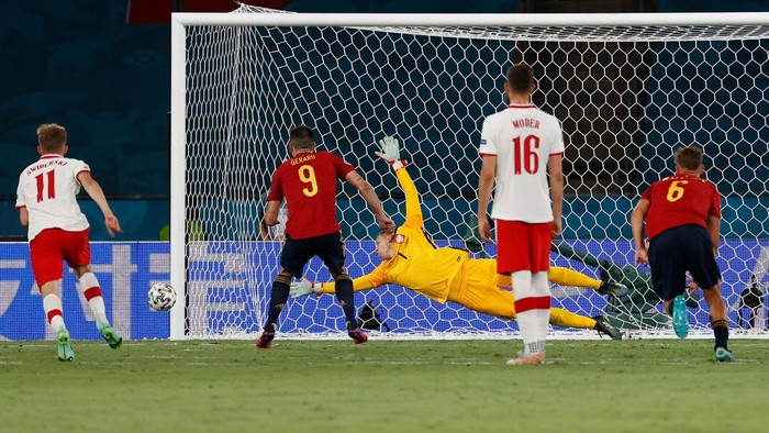 SEVILLE, SPAIN - JUNE 19: Gerard Moreno of Spain hits the post from a penalty during the UEFA Euro 2020 Championship Group E match between Spain and Poland at Estadio La Cartuja on June 19, 2021 in Seville, Spain. (Photo by Julio Munoz - Pool/Getty Images)