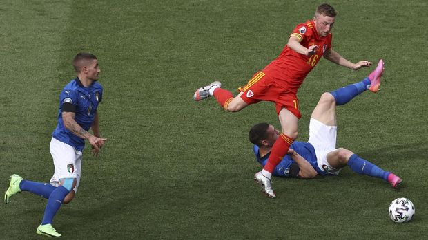 Wales' Joe Morrell, center, Italy's Andrea Belotti, bottom and Italy's Marco Verratti, left, challenge for the ball during the Euro 2020 soccer championship group A match between Italy and Wales at then Stadio Olimpico stadium in Rome, Sunday, June 20, 2021. (Ryan Pierse/Pool via AP)