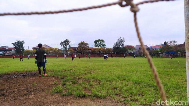 Lapangan sepakbola Rancabango. Lapangan bola tersebut terletak di Jalan Rancabango, Desa Cimanganten, Kecamatan Tarogong Kaler. Tepatnya di samping kantor Polsek Tarogong Kaler yang berada di sebelah timur.