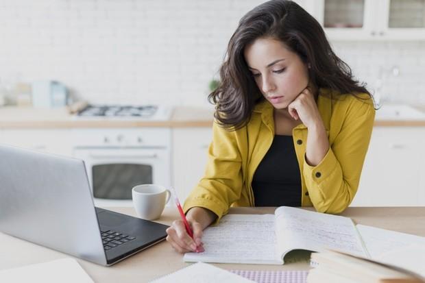 Salah satu perasaan terburuk setelah putus cinta adalah harus pergi ke kantor, karena tahu kamu tidak akan bisa berkonsentrasi pada pekerjaan.