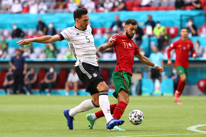 MUNICH, GERMANY - JUNE 19: Mats Hummels of Germany battles for possession with Bruno Fernandes of Portugal during the UEFA Euro 2020 Championship Group F match between Portugal and Germany at Football Arena Munich on June 19, 2021 in Munich, Germany.  (Photo by Kai Pfaffenbach - Pool/Getty Images)