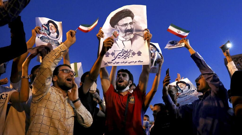Sorak Sorai Warga Iran Rayakan Kemenangan Ebrahim Raisi