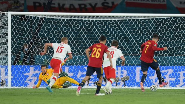 SEVILLE, SPAIN - JUNE 19: Alvaro Morata of Spain shoots on the rebound towards Wojciech Szczesny of Poland after team mate Gerard Moreno (Not pictured) hit the post from a penalty during the UEFA Euro 2020 Championship Group E match between Spain and Poland at Estadio La Cartuja on June 19, 2021 in Seville, Spain. (Photo by David Ramos/Getty Images)