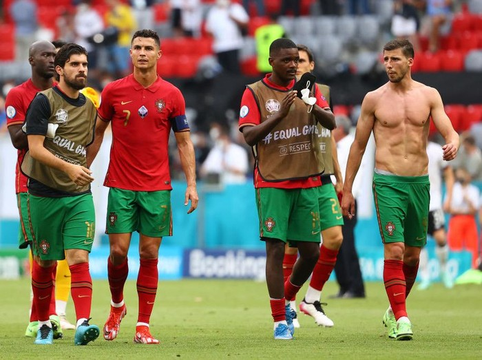 MUNICH, GERMANY - JUNE 19: Ruben Neves, Cristiano Ronaldo, William Carvalho and Ruben Dias of Portugal acknowledge the fans after the UEFA Euro 2020 Championship Group F match between Portugal and Germany at Football Arena Munich on June 19, 2021 in Munich, Germany.  (Photo by Kai Pfaffenbach - Pool/Getty Images)