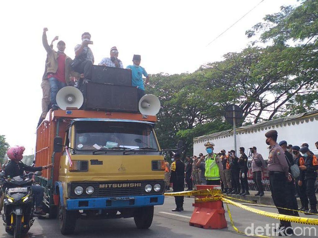 Di Saat COVID-19 Makin Menggeliat, Warga Madura Demo Balai Kota Surabaya