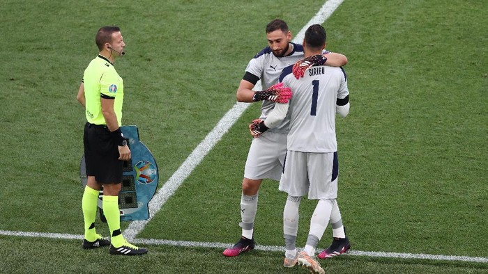 ROME, ITALY - JUNE 20: Gianluigi Donnarumma of Italy is replaced by team mate Salvatore Sirigu during the UEFA Euro 2020 Championship Group A match between Italy and Wales at Olimpico Stadium on June 20, 2021 in Rome, Italy. (Photo by Ryan Pierse/Getty Images)