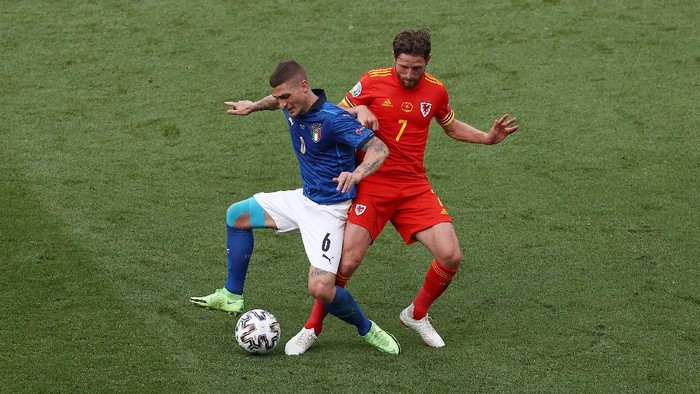 ROME, ITALY - JUNE 20: Marco Verratti of Italy battles for possession with Joe Allen of Wales during the UEFA Euro 2020 Championship Group A match between Italy and Wales at Olimpico Stadium on June 20, 2021 in Rome, Italy. (Photo by Ryan Pierse/Getty Images)