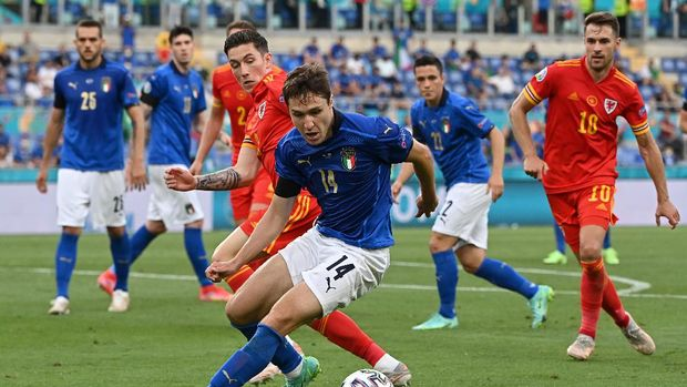 ROME, ITALY - JUNE 20: Federico Chiesa of Italy battles for possession with Harry Wilson of Wales during the UEFA Euro 2020 Championship Group A match between Italy and Wales at Olimpico Stadium on June 20, 2021 in Rome, Italy. (Photo by Andreas Solaro - Pool/Getty Images)