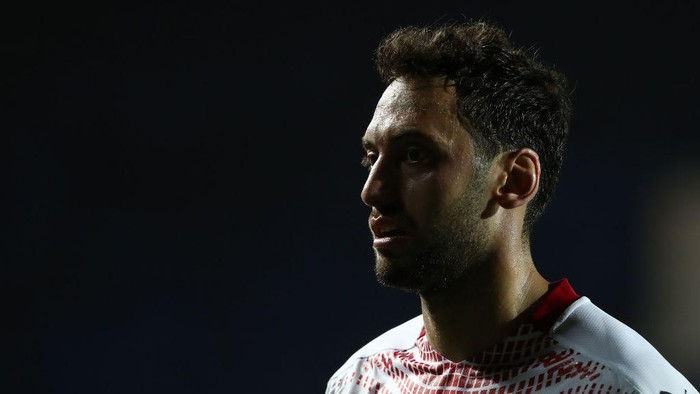 BERGAMO, ITALY - MAY 23: Hakan Calhanoglu of AC Milan looks on during the Serie A match between Atalanta BC and AC Milan at Gewiss Stadium on May 23, 2021 in Bergamo, Italy. Sporting stadiums around Italy remain under strict restrictions due to the Coronavirus Pandemic as Government social distancing laws prohibit fans inside venues resulting in games being played behind closed doors.  (Photo by Marco Luzzani/Getty Images)