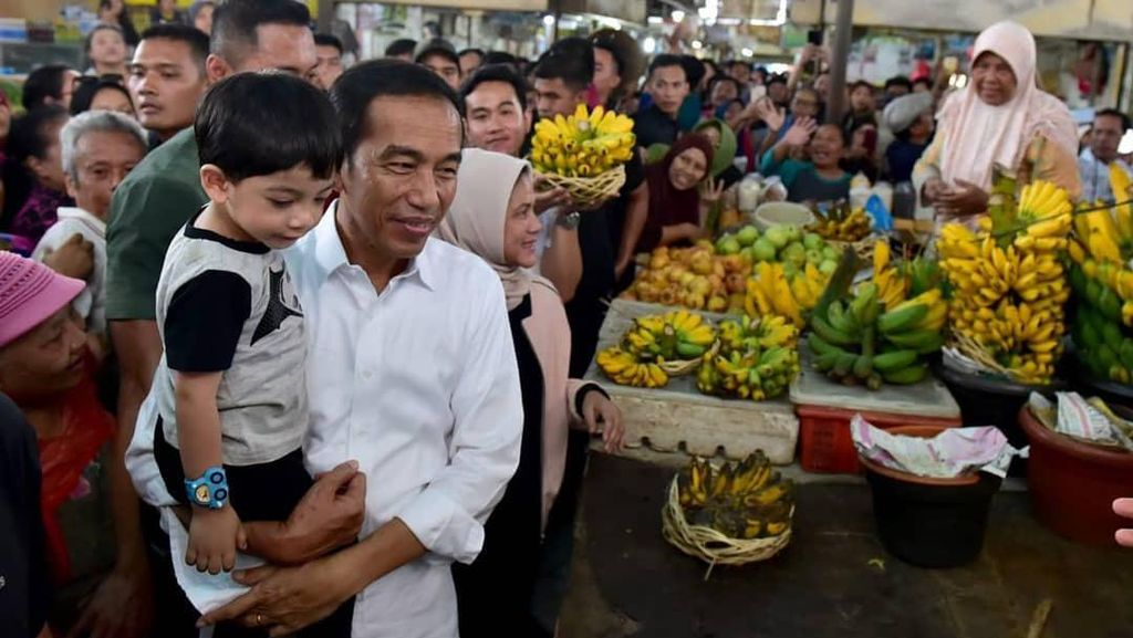 Hari Ulang Tahun Jokowi, Intip Momen Blusukannya Belanja Buah di Pasar