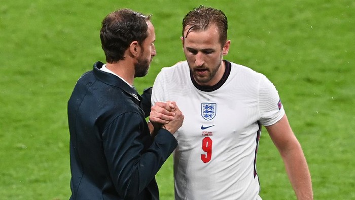 LONDON, ENGLAND - JUNE 18: Harry Kane of England shakes hands with Gareth Southgate, Head Coach of England as he is substituted during the UEFA Euro 2020 Championship Group D match between England and Scotland at Wembley Stadium on June 18, 2021 in London, England. (Photo by Facundo Arrizabalaga - Pool/Getty Images)