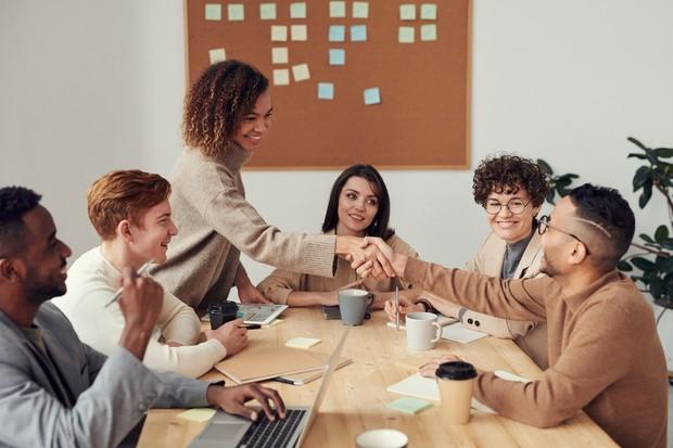 selama pandemi Covid-19, atur jadwal meeting di luar ruangan, karena bisa memicu adanya klaster di tempat kerja.