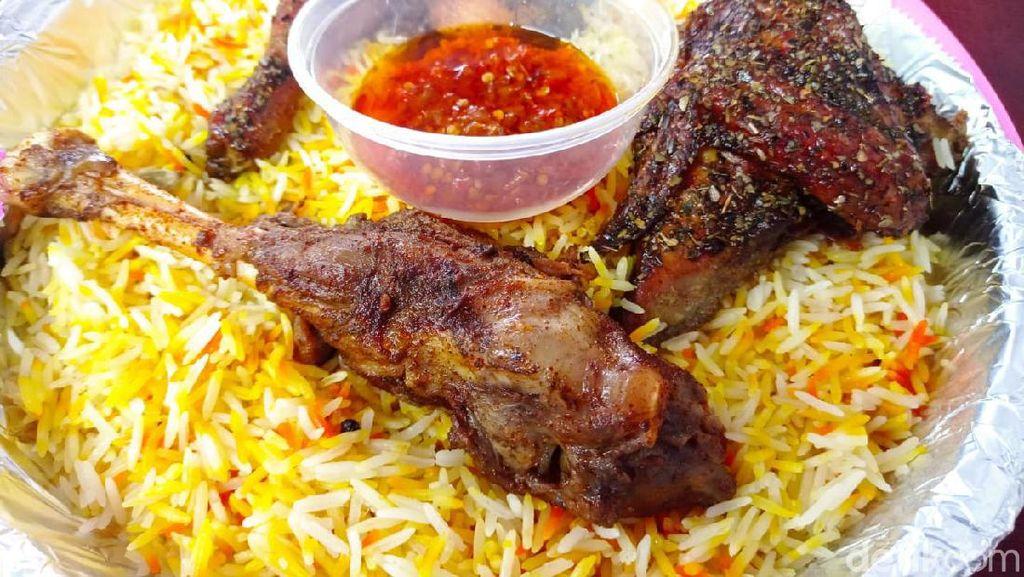 Harumnya Nasi Kebuli dengan Topping Ayam dan Kambing Khas Yordania