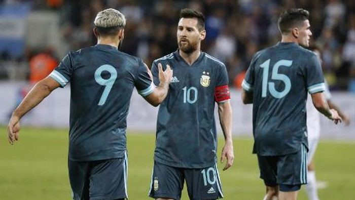 Argentinas forward Sergio Aguero greets Argentinas forward Lionel Messi during the friendly football match between Argentina and Uruguay at the Bloomfield stadium in the Israeli coastal city of Tel Aviv on November 18, 2019. (Photo by EMMANUEL DUNAND / AFP)