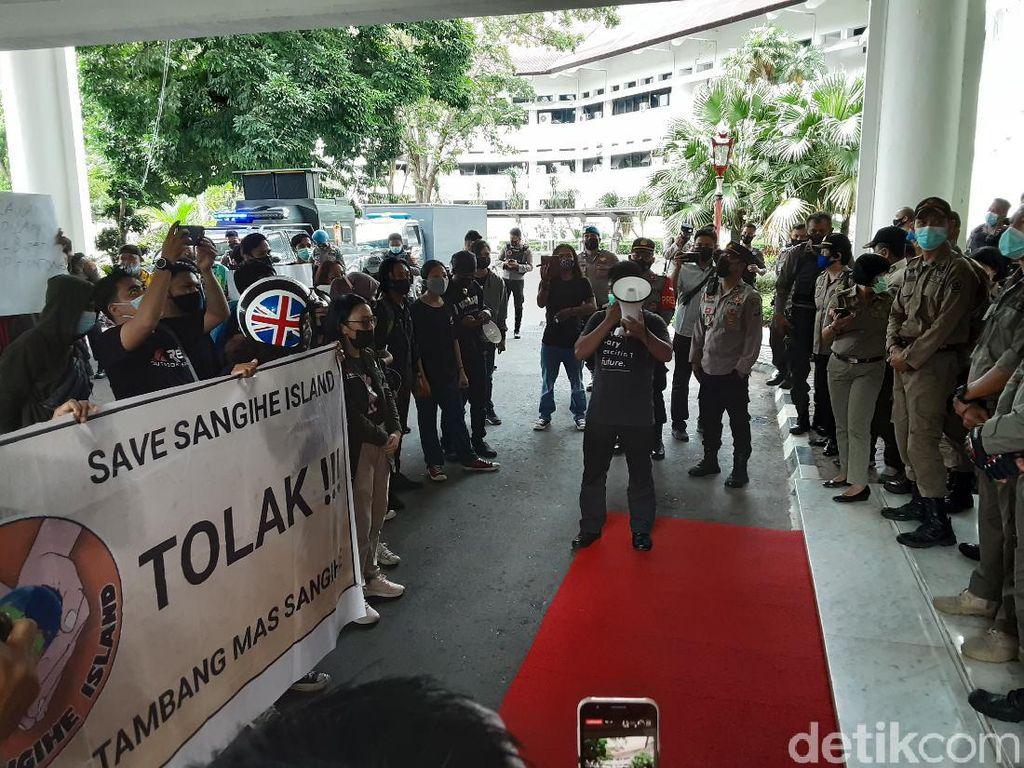 Mahasiswa Demo Pemprov Sulut Tuntut Izin Tambang Emas di Sangihe Dicabut