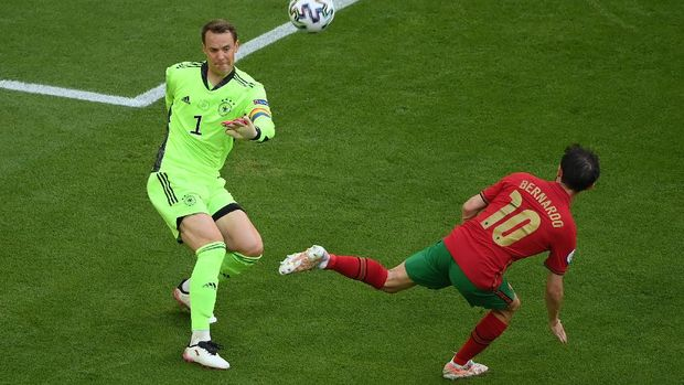 MUNICH, GERMANY - JUNE 19: Manuel Neuer of Germany makes a pass whilst under pressure from Bernardo Silva of Portugal during the UEFA Euro 2020 Championship Group F match between Portugal and Germany at Football Arena Munich on June 19, 2021 in Munich, Germany. (Photo by Matthias Hangst/Getty Images)