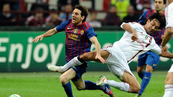 MILAN, ITALY - MARCH 28:  Alessandro Nesta (R) of AC Milan and Lionel Messi of Barcelona compete for the ball during the UEFA Champions League quarter final first leg match between AC Milan and Barcelona at Stadio Giuseppe Meazza on March 28, 2012 in Milan, Italy.  (Photo by Claudio Villa/Getty Images)