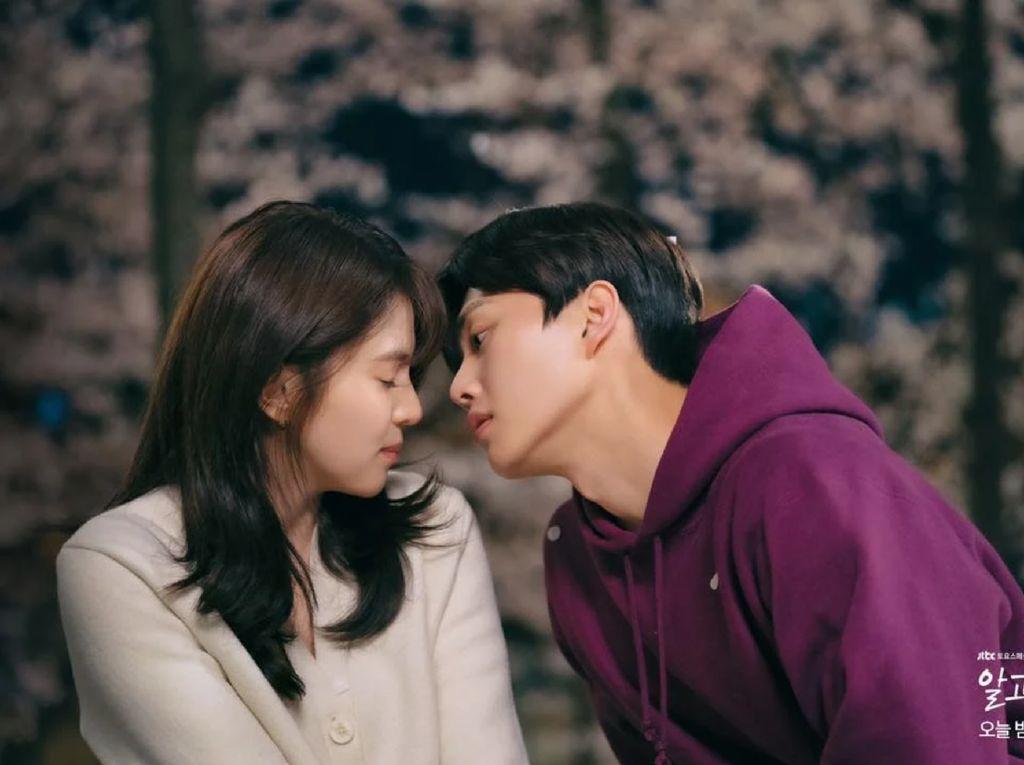 Song Kang & Han So Hee Mesra di Balik Layar, Ciuman Lebih Lama dari Skrip