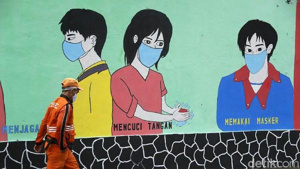 Beragam cara dilakukan untuk memutus rantai penyebaran COVID-19 yang terus melonjak di DKI Jakarta. Kali ini petugas PPSU mengkampanyekan bahaya Corona lewat mural di kawasan Halim.