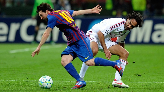 MILAN, ITALY - MARCH 28:  Alessandro Nesta of AC Milan and Lionel Messi of Barcelona compete for the ball during the UEFA Champions League quarter final first leg match between AC Milan and Barcelona at Stadio Giuseppe Meazza on March 28, 2012 in Milan, Italy.  (Photo by Claudio Villa/Getty Images)