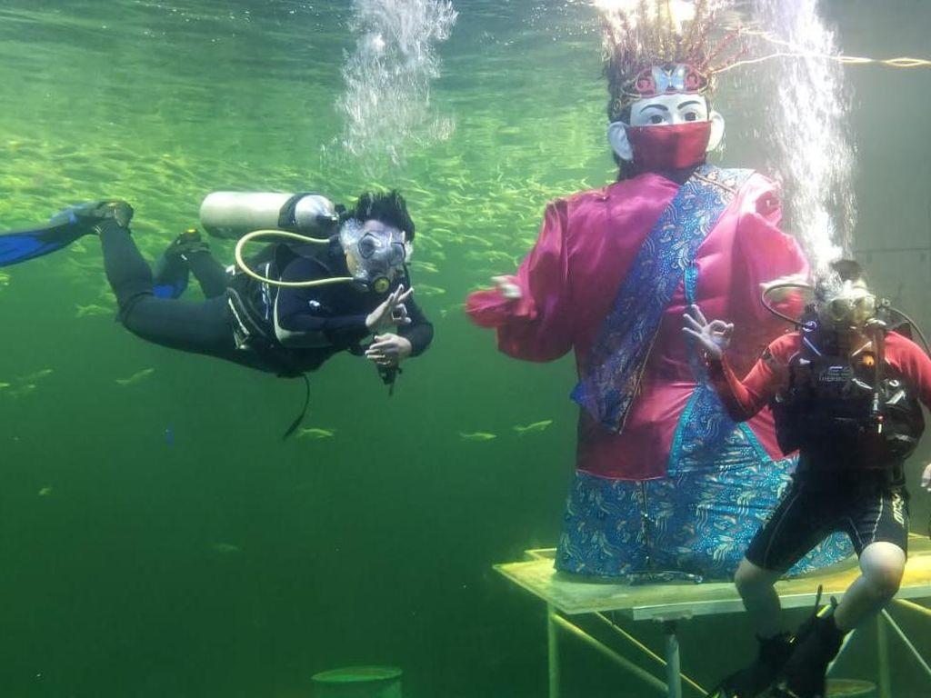 Rayakan Ulang Tahun Jakarta ke-494, Ondel-ondel Beraksi di Dalam Air!